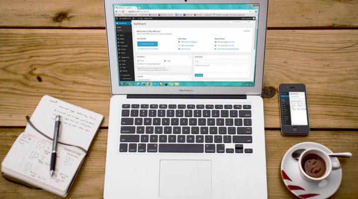 Laptop met wp-admin en notitieboekje met website plan - WordPress fouten bij beginnende bloggers